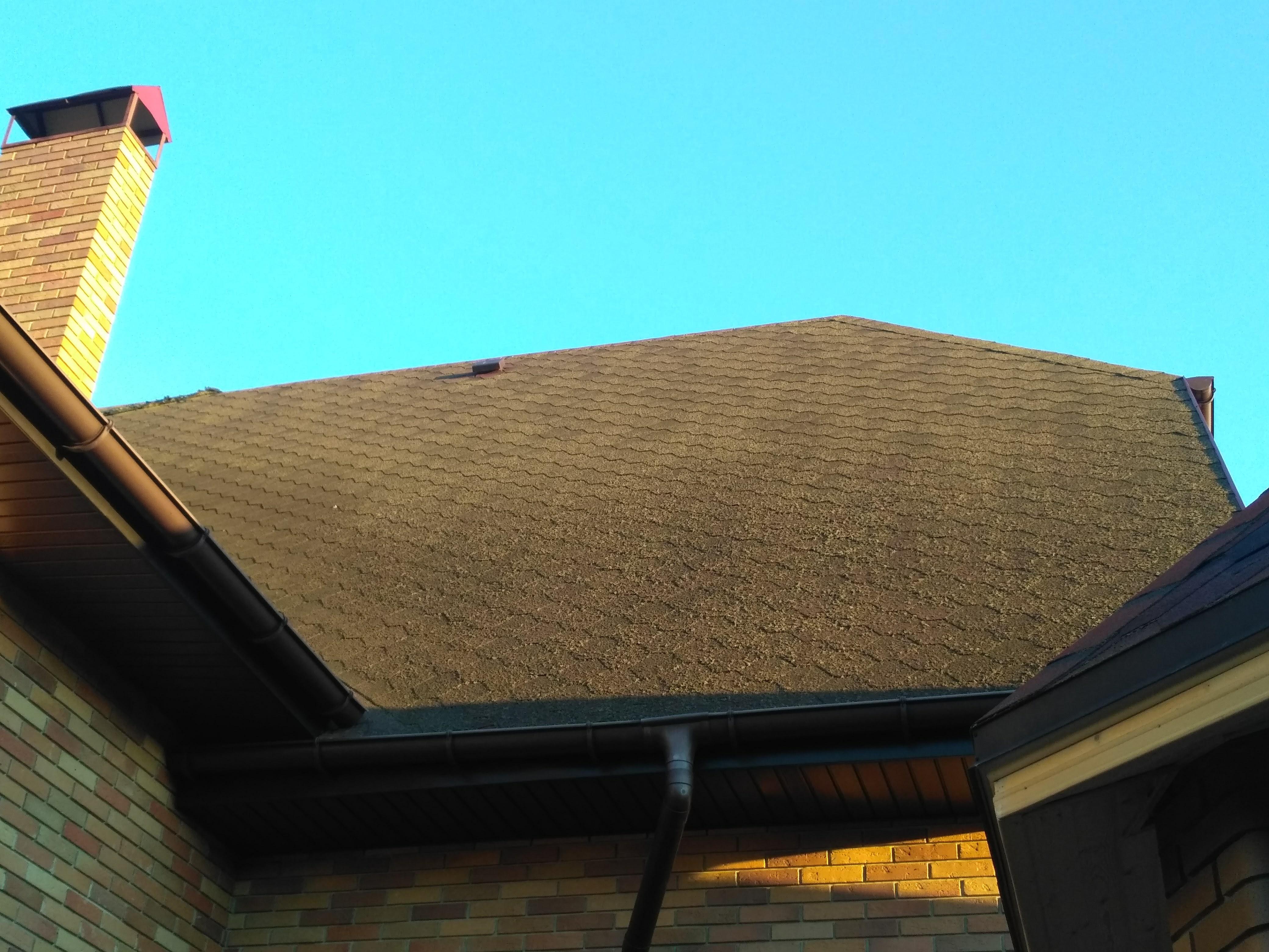 Чистка крыши от мха альпинистами